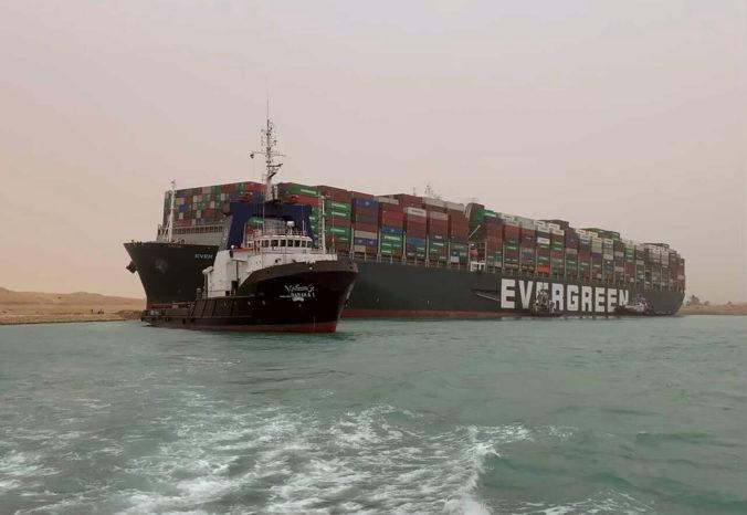 V Suezskom prieplave sa zasekla obrovská nákladná loď, vyslobodzovanie môže trvať aj niekoľko dní (video)