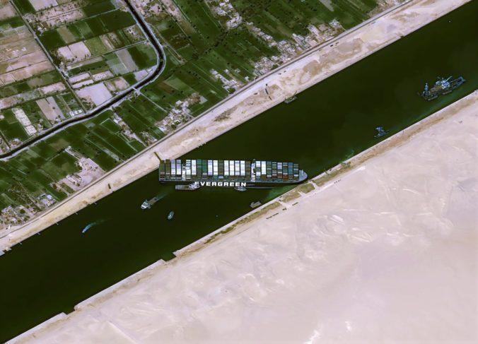 Pred upchatým Suezským prieplavom čakajú stovky lodí, nákladná doprava má tak denne miliardové straty