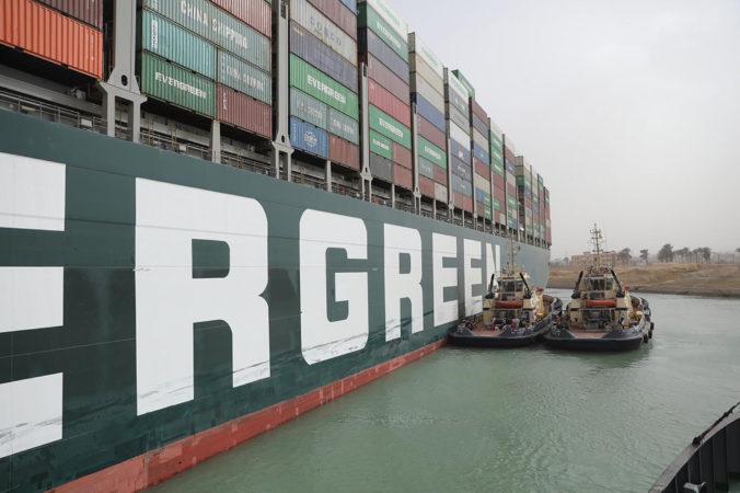 Správca Suezského prieplavu sa znovu pokúsi o vyslobodenie lode, operácie si musí dobre načasovať