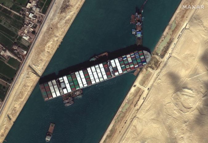 Pokus o vyslobodenie uviaznutej lode v Suezskom prieplave zlyhal, pomôžu ďalšie ťažné člny