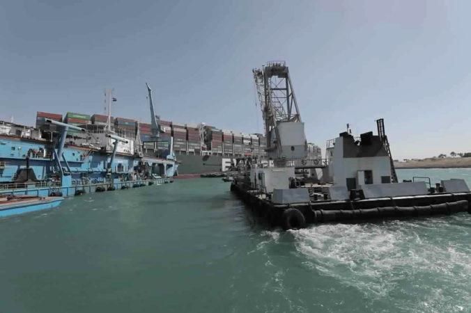 Najhoršie obavy sa nenaplnili, uviaznutú loď v Suezskom prieplave sa podarilo čiastočne uvoľniť