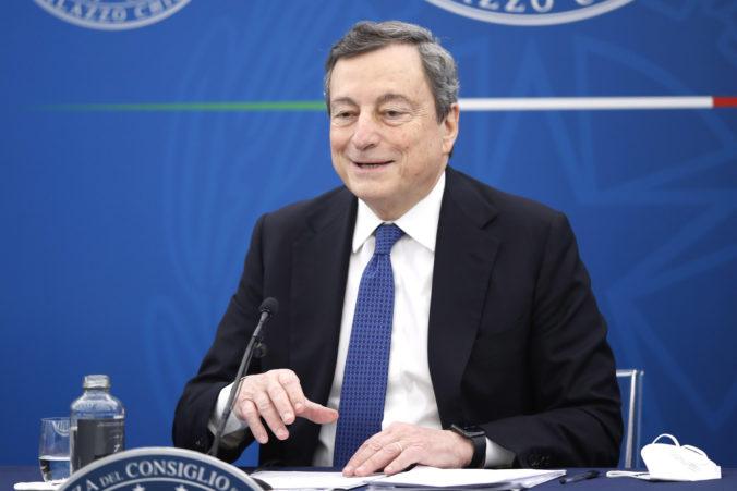 Taliansky premiér Mario Draghi vakcíne od AstraZenecy plne dôveruje a nechal sa zaočkovať