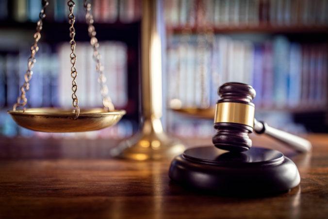 Európska komisia sa obáva o nezávislosť súdnictva v Poľsku, obrátila sa na Súdny dvor