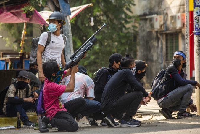 Počet obetí uprotstred protestov a zásahov armády v Mjanmarsku stúpa