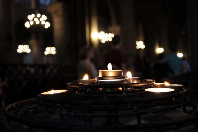 Veľkonočná nedeľa začína veľkonočnou vigíliou, cirkev ju oslavuje ako radostnú slávnosť vzkriesenia