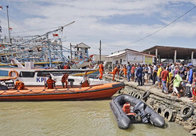 Rybárska loď v Indonézii narazila do nákladného plavidla, nezvestných je 17 ľudí