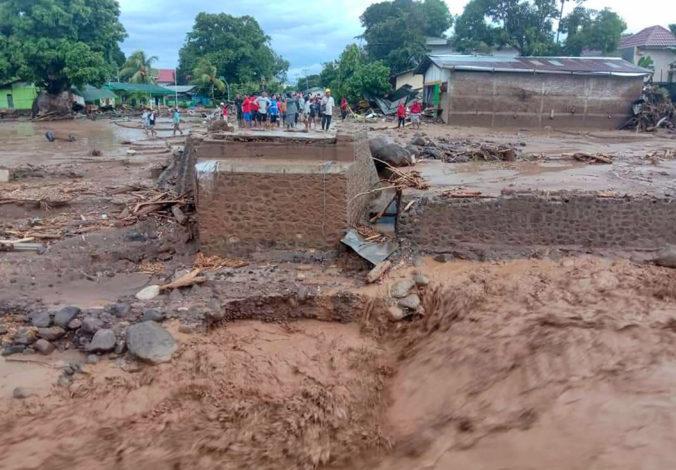 Zosuvy pôdy a povodne zabili v Indonézii desiatky ľudí, tisíce museli utiecť z domovov (video)