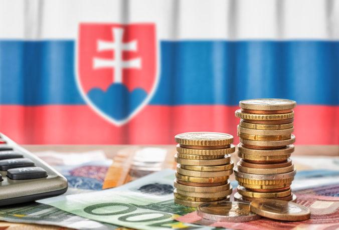 Štát stráca na daniach takmer 600 miliónov eur, prognózy však hovorili až o dvoch miliardách