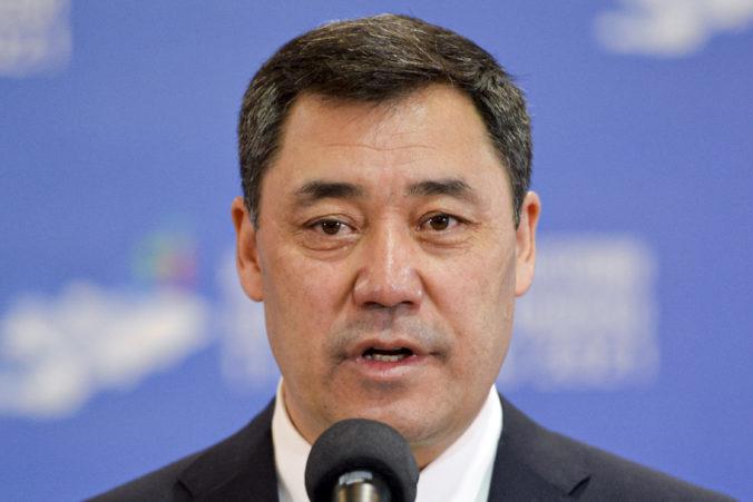 Kirgizskí voliči v referende odsúhlasili novú ústavu, ktorá posilní moc krátko úradujúceho prezidenta Žaparova