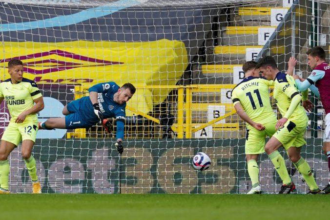 Newcastle s brankárom Dúbravkom si v Premier League pripísal dôležité tri body, zdolal Burnley