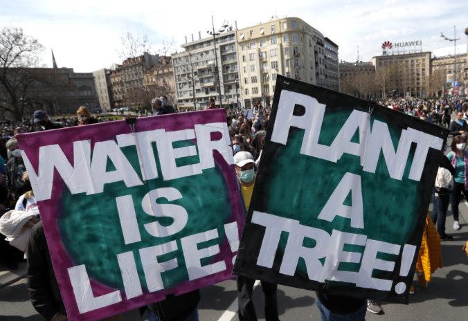 Tisícky Srbov vyšli do ulíc Belehradu, aby upozornili na problémy so životným prostredím v ich krajine