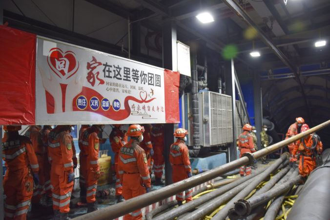 V čínskej bani uviazlo 21 baníkov, záchranné práce komplikuje voda