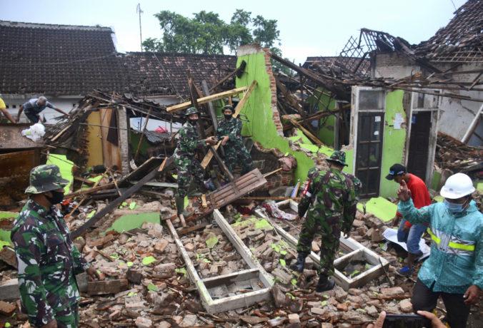 Zemetrasenie na indonézskom ostrove Jáva si pripísalo ďalších mŕtvych, poškodilo vyše tisíc budov