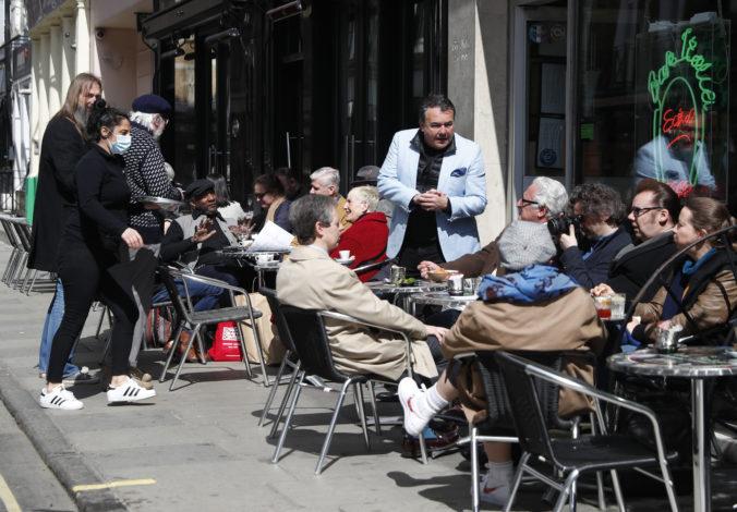Anglicko uvoľnilo pandemické opatrenia, ľudia môžu ísť do telocviční, na nákupy i do reštaurácií