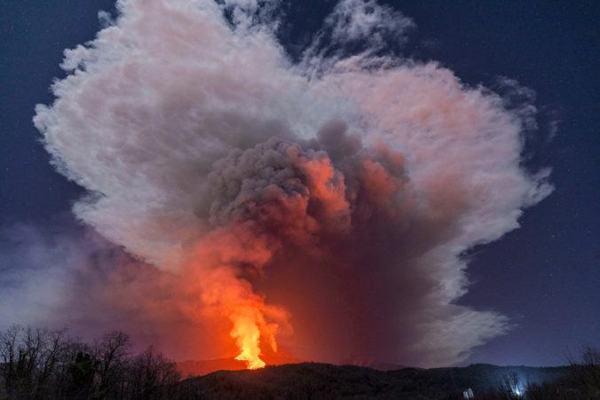 Na ostrove Svätý Vincent vybuchla sopka. Vulkán ničí všetko, čo mu stojí v ceste (video)