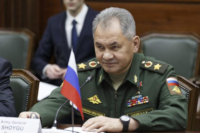 Ruské manévre pri Ukrajine potrvajú ďalšie dva týždne. Sú reakciou na aktivity NATO, tvrdí Šojgu
