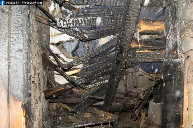 Drevené obydlie pohltili plamene, pri požiari v rómskej osade zahynuli dvaja ľudia (foto)