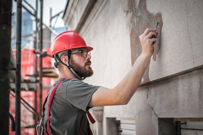 Inšpektori práce odhalili stovky nelegálnych zamestnancov, najviac ich pracovalo v stavebníctve