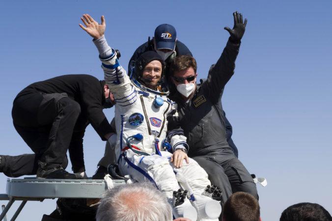 Traja astronauti sa vrátili zo stanice ISS na Zem, vo vesmíre strávili pol roka (video)