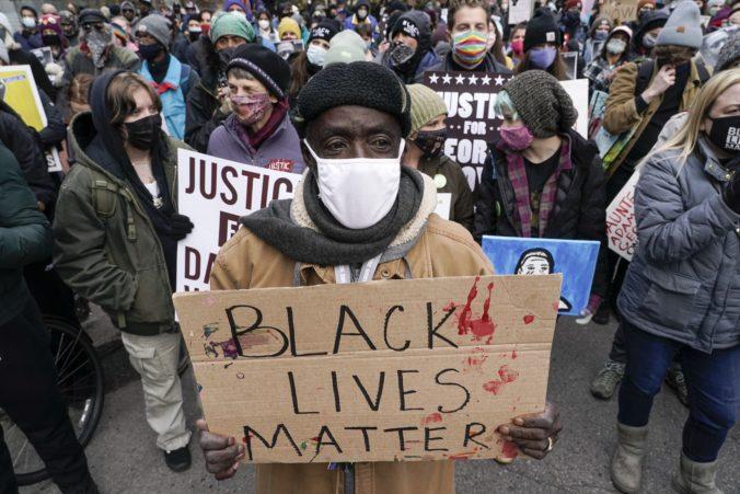 V USA netrpezlivo očakávajú verdikt v prípade smrti Floyda, krajina sa pripravuje na možné nepokoje