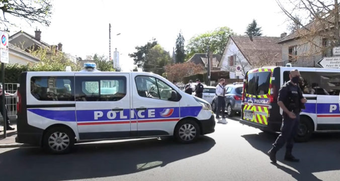 Muž dobodal nožom francúzsku policajtku, útočníka na mieste činu zastrelili (video)