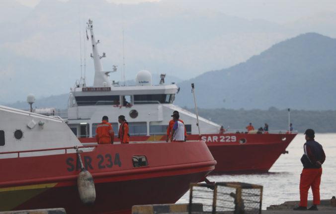 Námorníctvo v Indonézii objavilo predmety zo stratenej ponorky, šance na prežitie posádky označilo za nulové