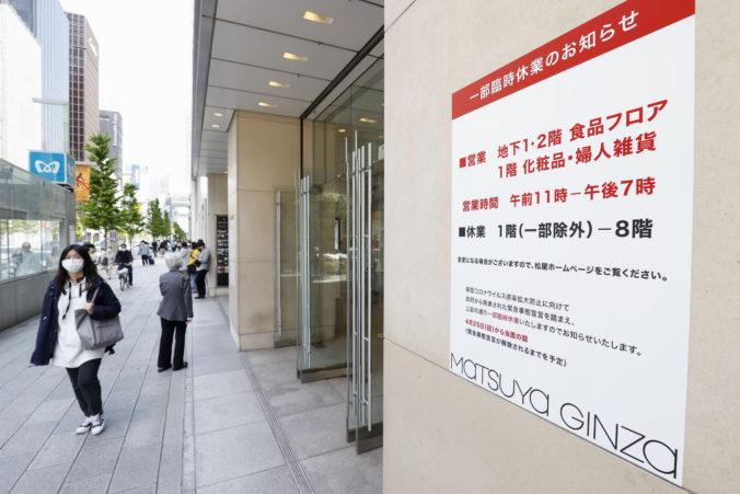 Japonsko zatvorilo obchodné domy aj bary, o účinnosti opatrení však pochybujú