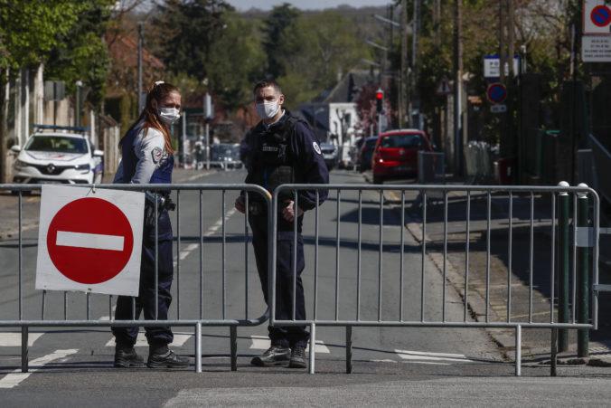 S vražedným útokom na policajtku neďaleko Paríža spájajú ďalších päť ľudí