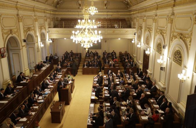 Český senát schválil úpravu volebného zákona, po prijatí zmien chce opozícia rokovať o predčasných voľbách