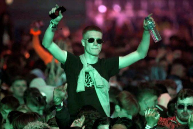 Tritisíc ľudí v Británii sa mohlo legálne zabávať v nočnom klube, na ostrovoch spustili testovacie podujatia