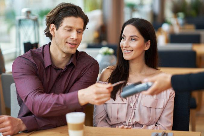 Ktorý spôsob platenia za účet na prvom rande je najobľúbenejší? Gastrolístky si určite schovajte