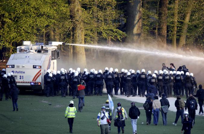 Polícia v Bruseli rozohnala nelegálnu párty, zatkla viac ako 100 ľudí (video)
