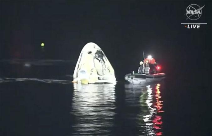 Štyria astronauti sa vrátili z ISS, kapsula Dragon pristála v tme