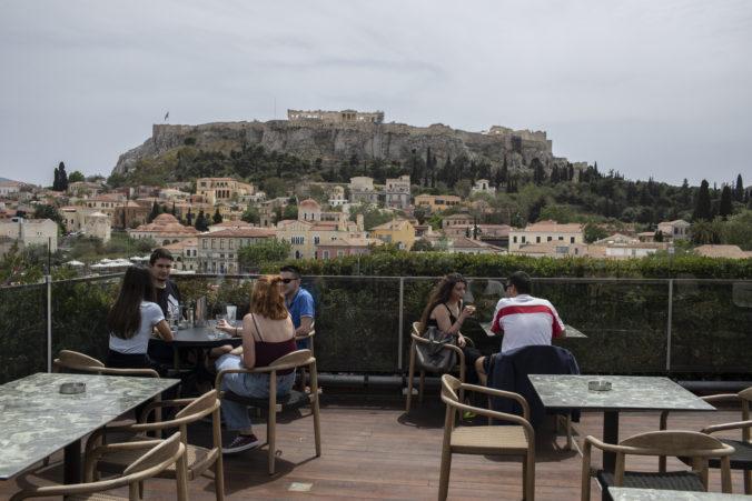 Terasy kaviarní a reštaurácii v Grécku dostali zelenú, posunul sa aj zákaz nočného vychádzania
