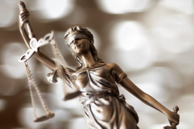 Využitie výpovedí kajúcnikov môže kompromitovať spravodlivosť, tvrdí iniciatíva advokátov
