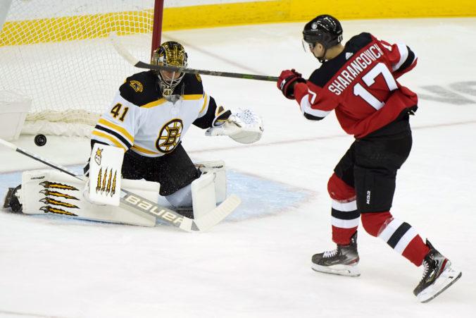 Halák sa po mesačnej odmlke netešil z triumfu Bostonu, Studenič si pripísal prvú asistenciu v NHL (video)