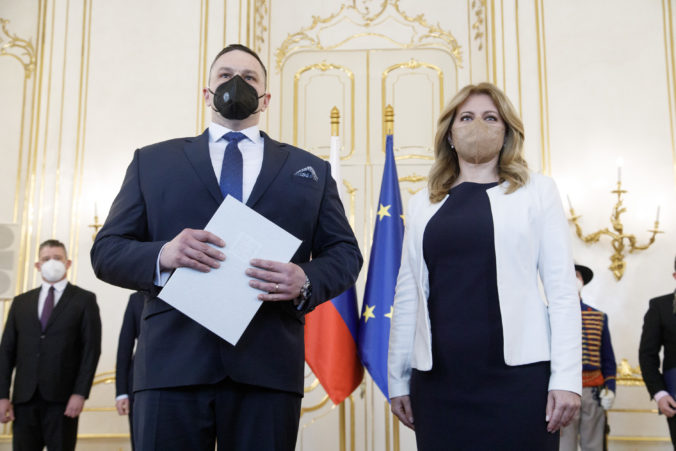 Prezidentka Čaputová vymenovala nového šéfa SIS, Aláč strieda Pčolinského (video)