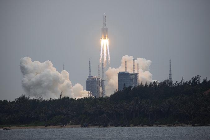 Trosky čínskej rakety dopadnú na Zem cez víkend, nemali by ohroziť ľudí ani majetok