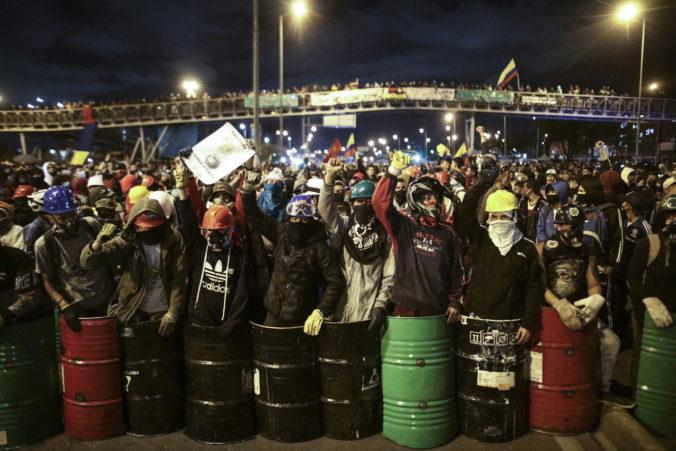 Obyvatelia v kolumbijskom Cali nemajú dostatok benzínu či potravín, protestujúci blokujú cesty