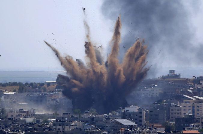 V Izraeli sa násilnosti rozšírili do viacerých miest, v Pásme Gazy zahynuli už desiatky ľudí