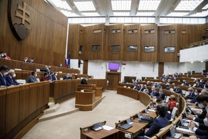 Poslanci schválili novelu zákona o hospodárskej mobilizácii, niektoré opatrenia budú platiť aj v mimoriadnej situácii