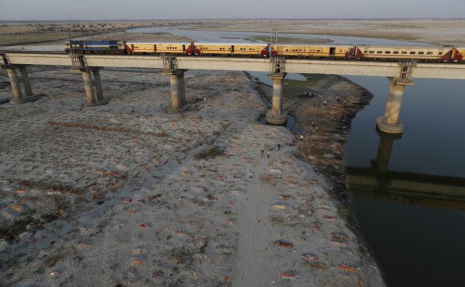 Na brehu Gangy vyplavilo ďalšie stovky mŕtvych tiel, niektorí hovoria o obetiach COVID-19