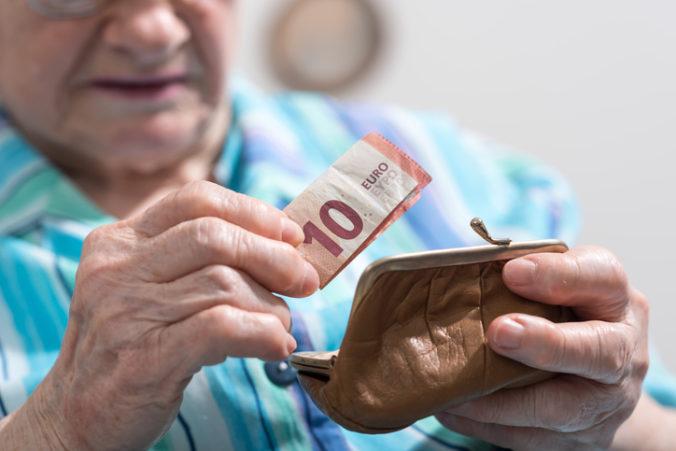 Priemerný starobný dôchodok presahuje 500 eur, ale počet jeho poberateľov mierne klesol
