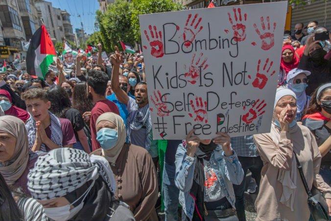 Palestínčania aj izraelskí Arabi vyšli do ulíc, žiadajú zastaviť agresiu Izraela v Pásme Gazy