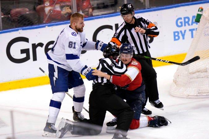 Ružička získal prvý bod v NHL, Černák sa v závere pobil a dostal trest za hrubosť (video)