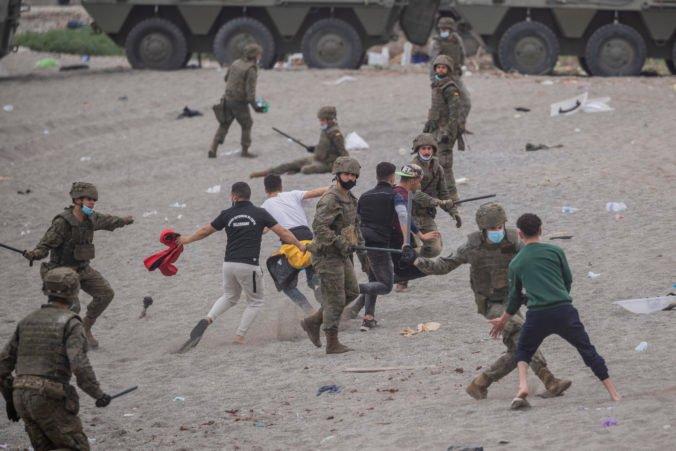 Španielsku enklávu zaplavili rekordné počty migrantov, zakročiť muselo aj vojsko