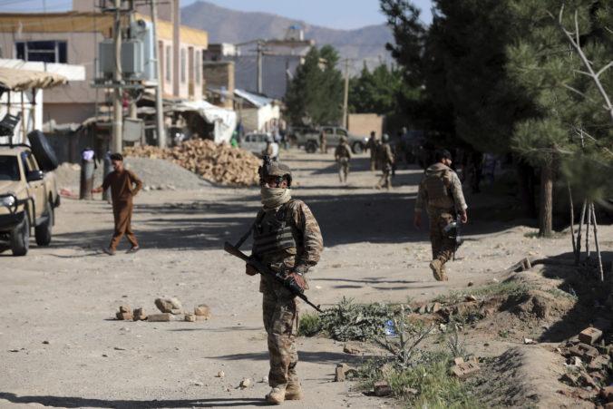 Útoky militantov v Afganistane nekončia. Doplácajú na to civilisti, ktorých ohrozujú aj míny