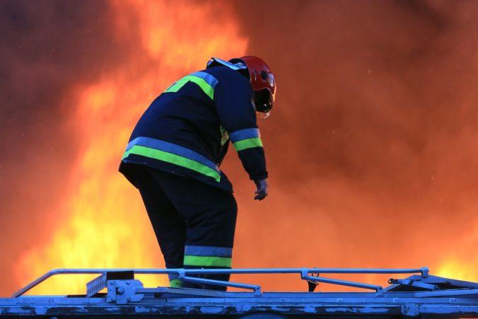 Poľskú uhoľnú baňu Belchatów zasiahol požiar, zasiahnuť muselo trinásť hasičských jednotiek