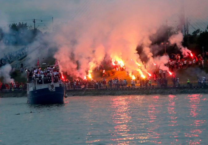 Fanúšikova Crvenej zvezdy bujaro oslavovali majstrovský titul a demolovali centrum Belehradu