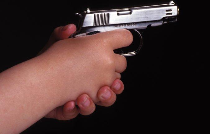 Trojročný chlapec postrelil mladšiu sestru, cesta do nemocnice skončila zrážkou s ďalším autom